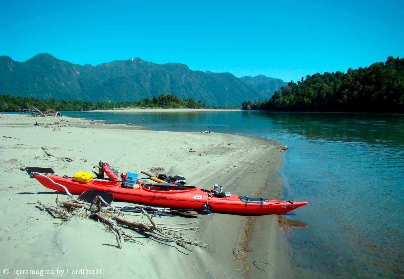 Descenso en Kayak del Rio Palena playa de arena
