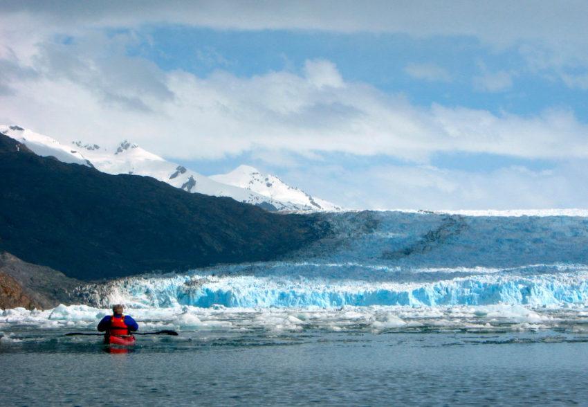 Expedicion en Kayak al Glaciar Jorge Montt contemplando la pared glaciar