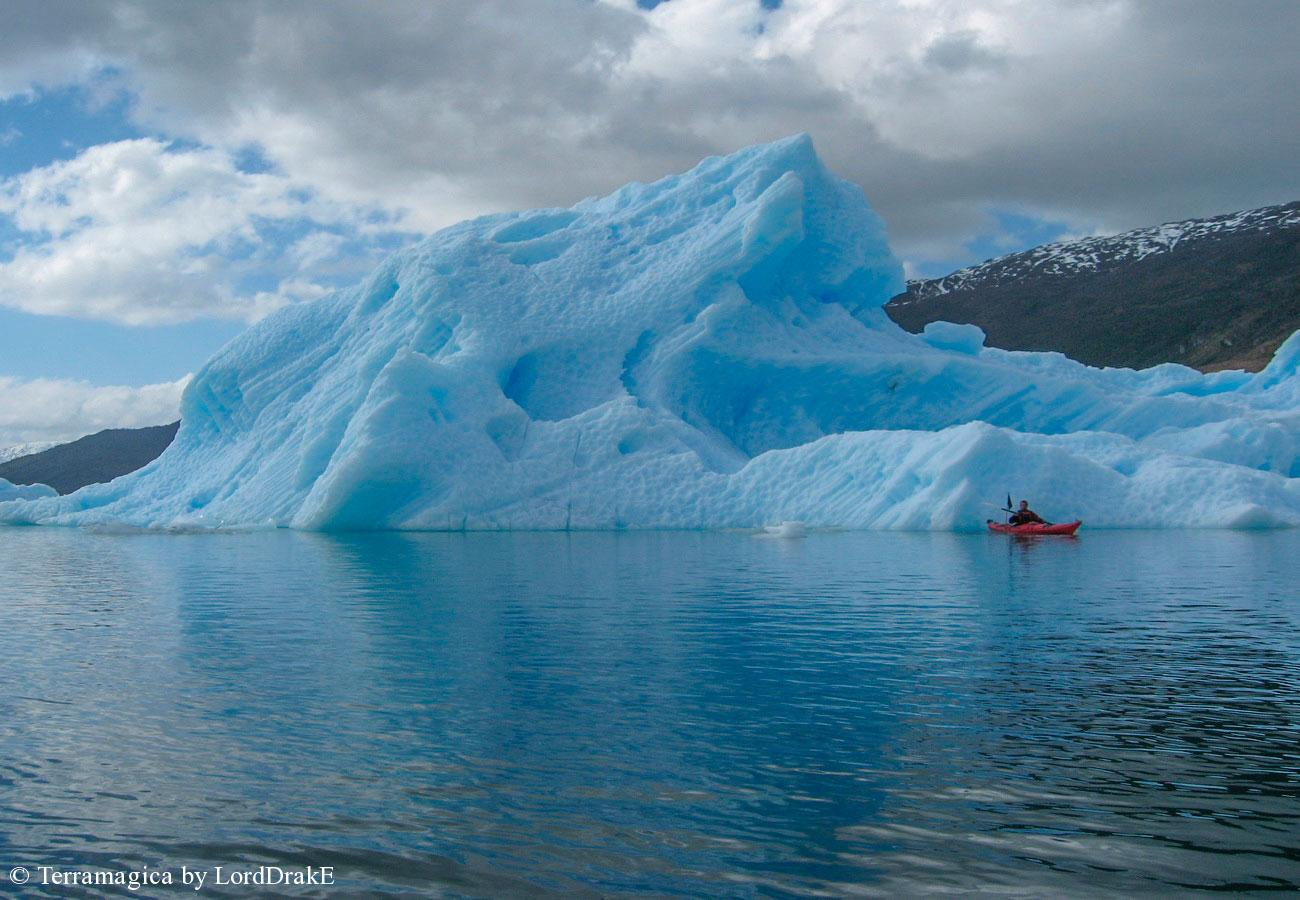 Expedicion en Kayak al Glaciar Jorge Montt gran tempano