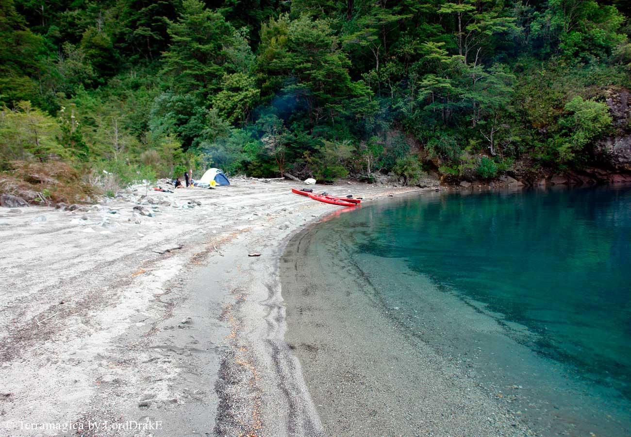 Circunnavegacion en Kayak al Lago Todos los Santos desembarco en playa paraiso