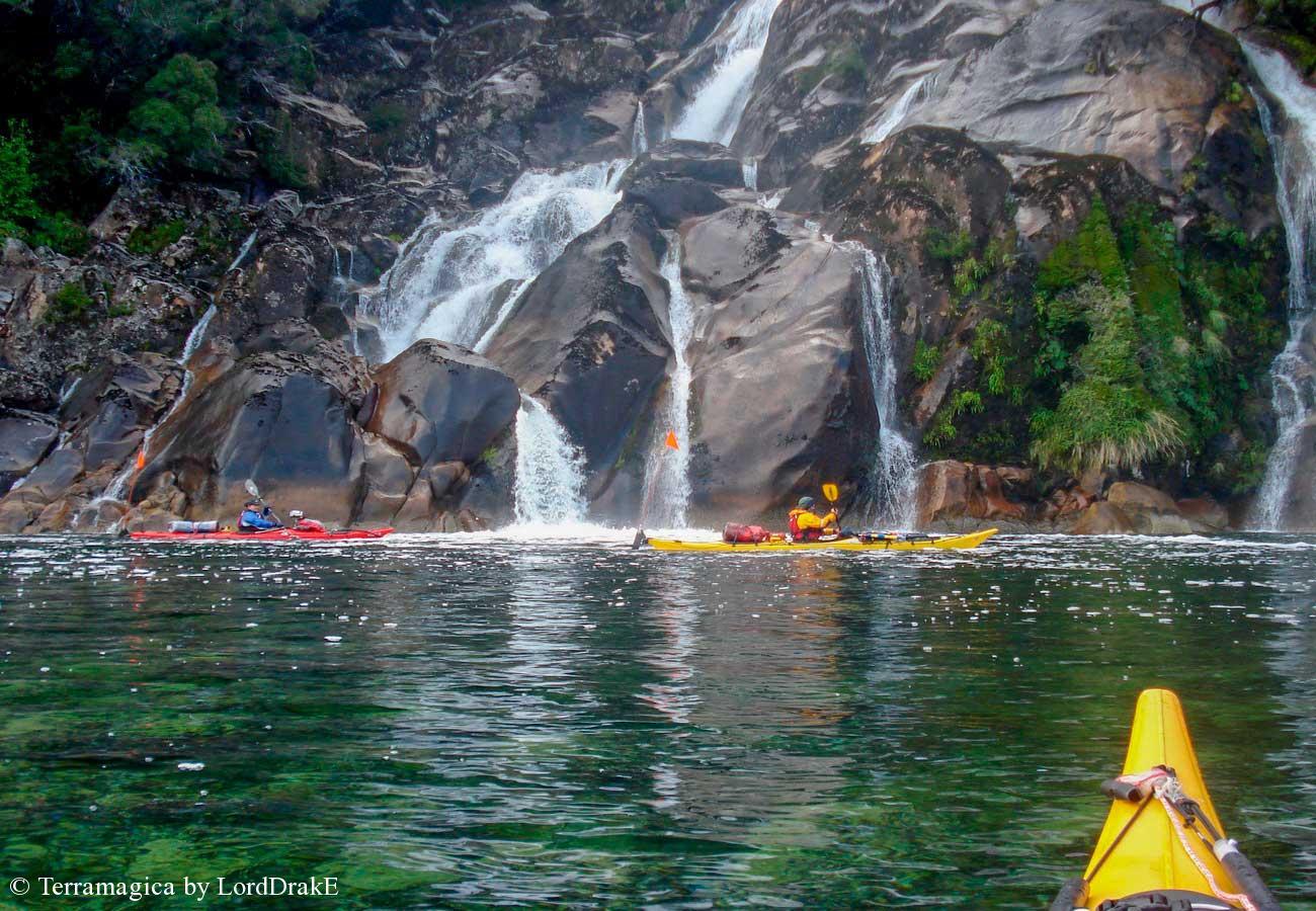 Expedicion en Kayak a la Isla Magdalena cascada del paso Sibaldd