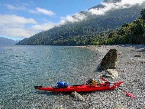Expedicion en Kayak a los Fiordos Playa Salvacion vista al norte