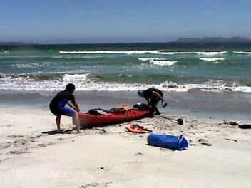 Travesia en Kayak a la Isla Damas Sacando el Kayak del Mar