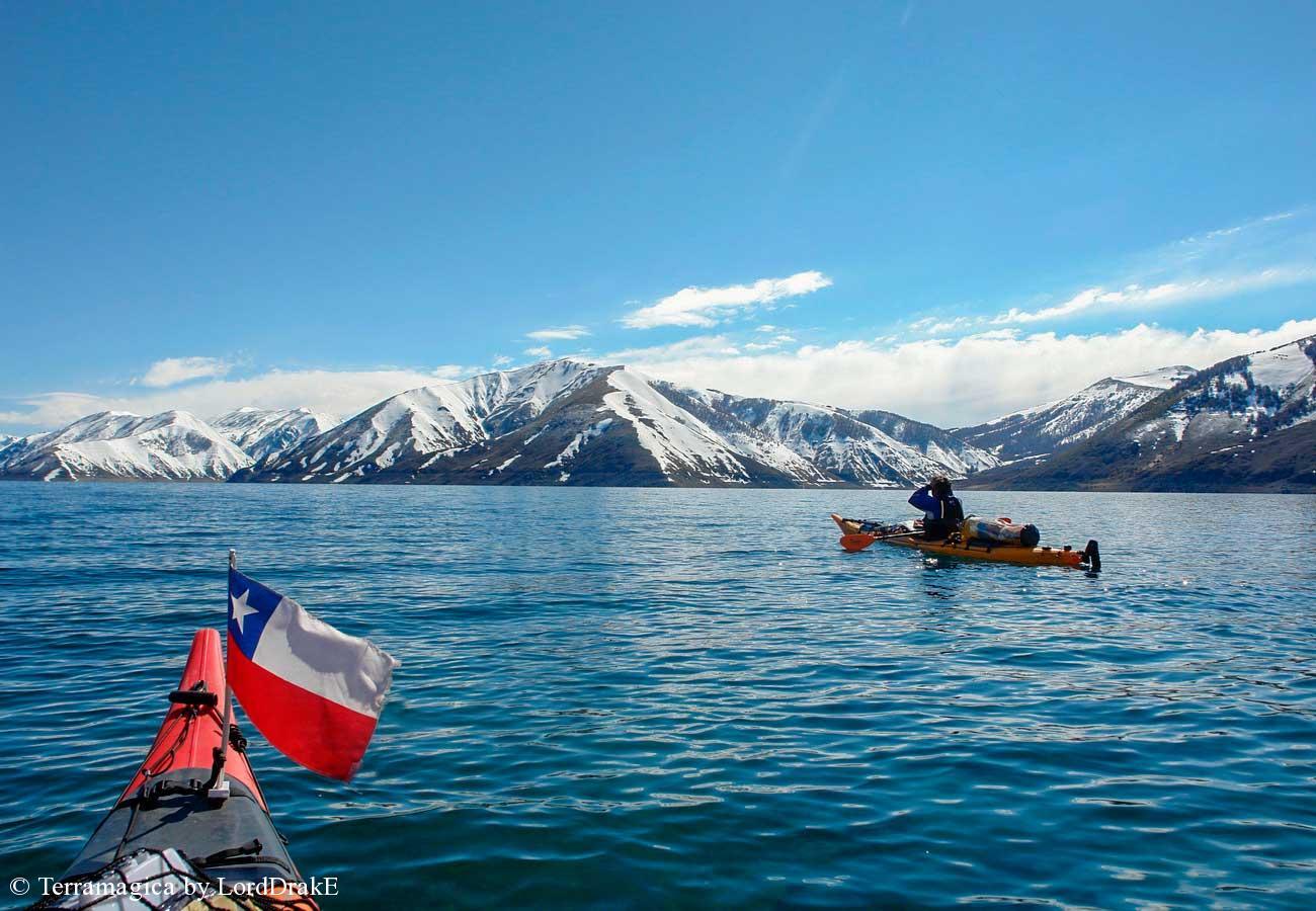 Circunnavegacion en kayak a la Laguna del Laja remando en un dia despejado