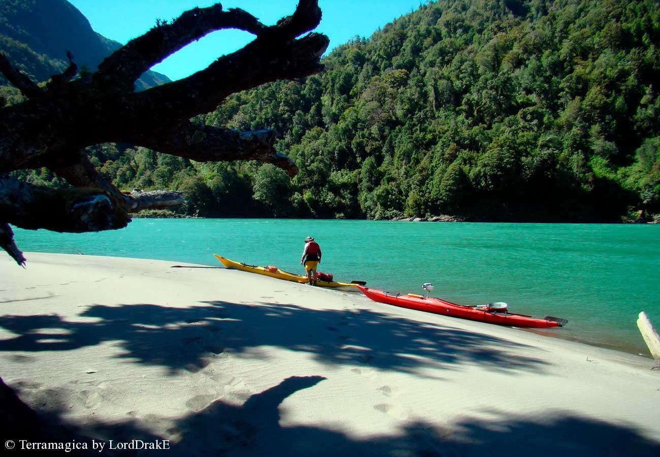 Descenso en Kayak del Rio Palena un descanso