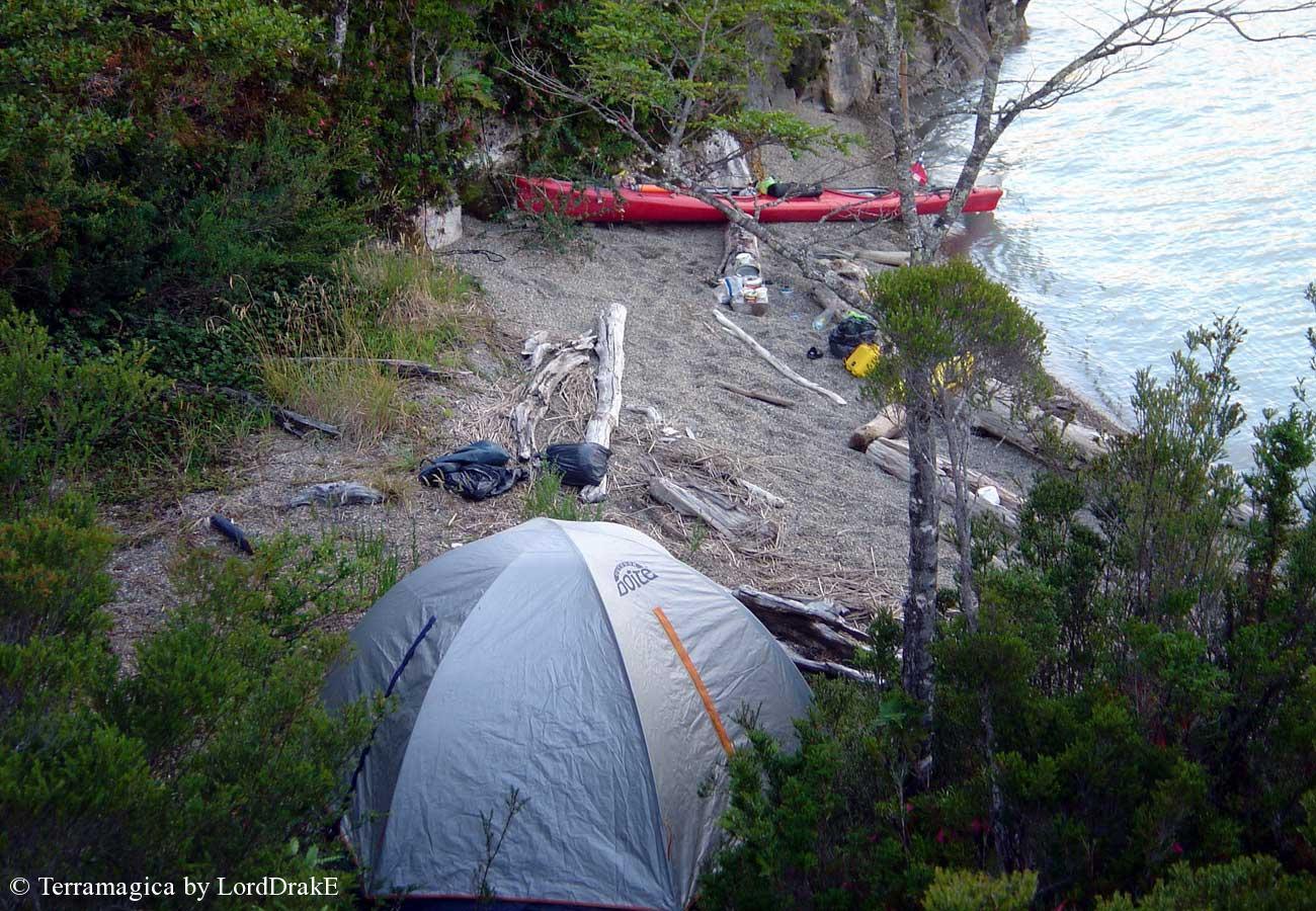 Expedicion en Kayak al Glaciar Steffen pequeña playa y campamento
