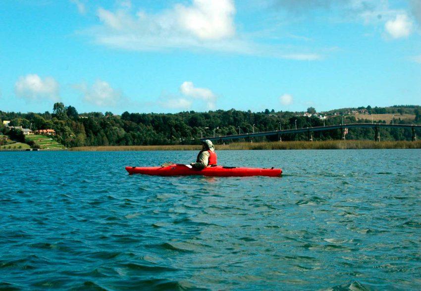 Travesia en Kayak Valdivia a Niebla cruzando el puente cruces