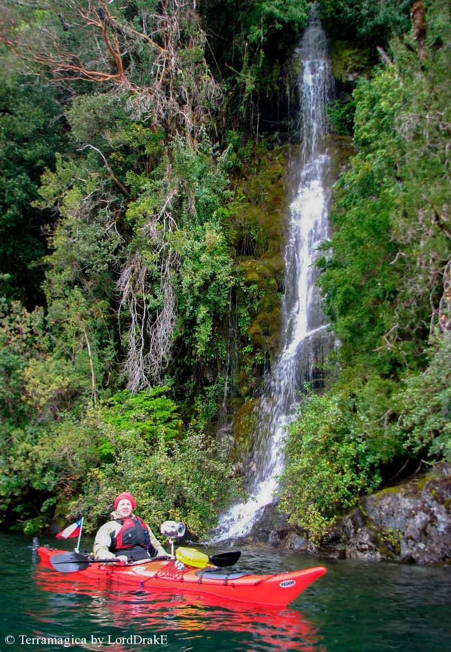 Circunnavegacion en Kayak al Lago Pirehueico cascada