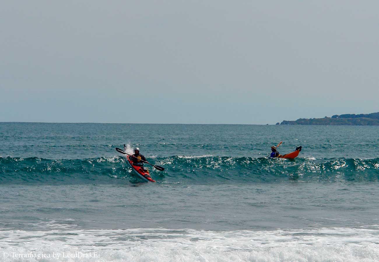 Travesía y kayak surf en las Salinas de Pullally sobre las olas