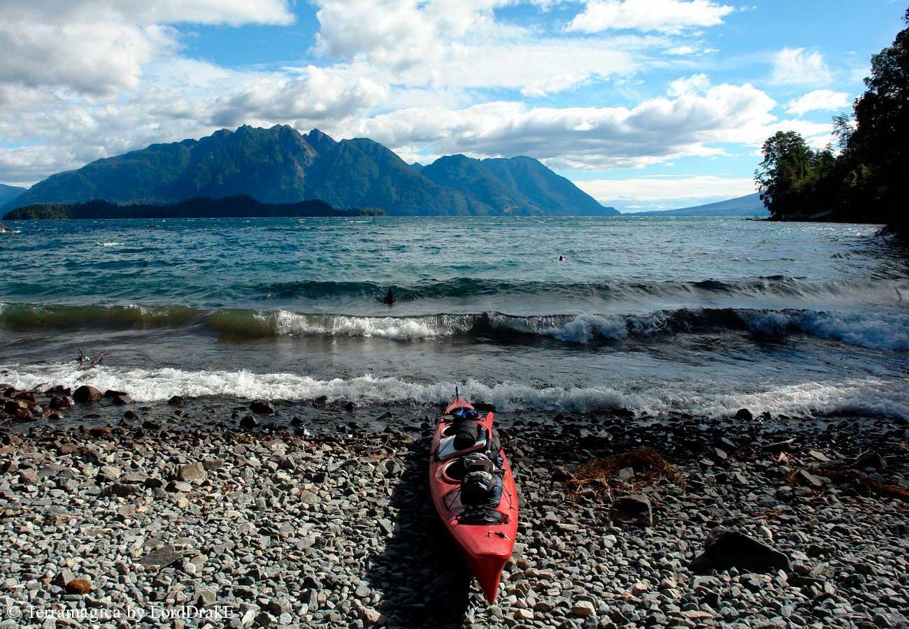 Circunnavegacion en Kayak al Lago Todos los Santos desembarco en medio de la marejada