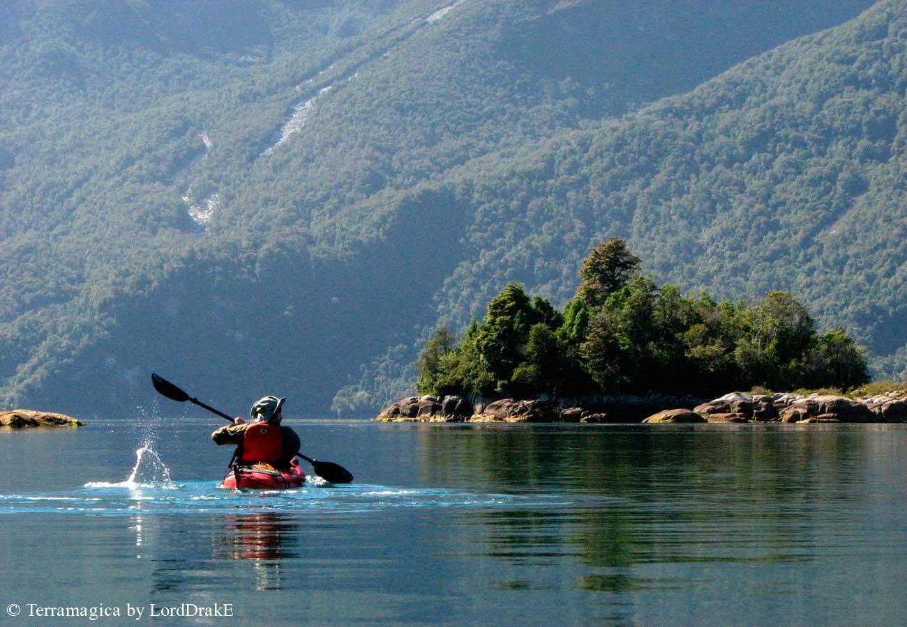 Descenso en Kayak del Rio Palena entrando al fiordo