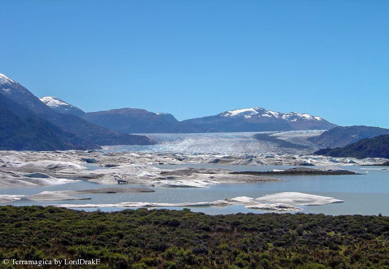 Expedicion en Kayak al Glaciar Steffen vista a la distancia