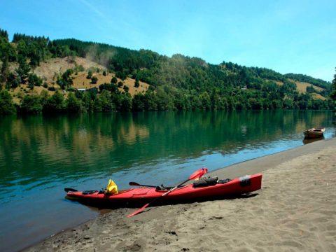 Descenso en Kayak del Rio Bueno kayak estacionado