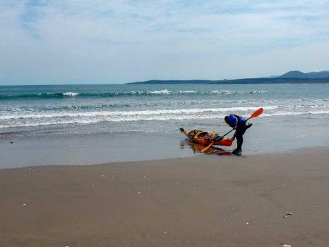 Travesía y kayak surf en las Salinas de Pullally sacando el kayak