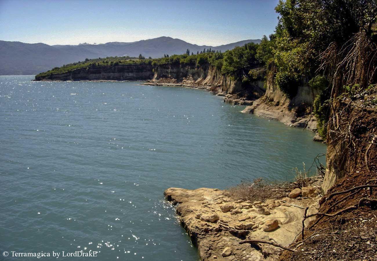 Travesia en Kayak al Lago Colbun riberas del lago