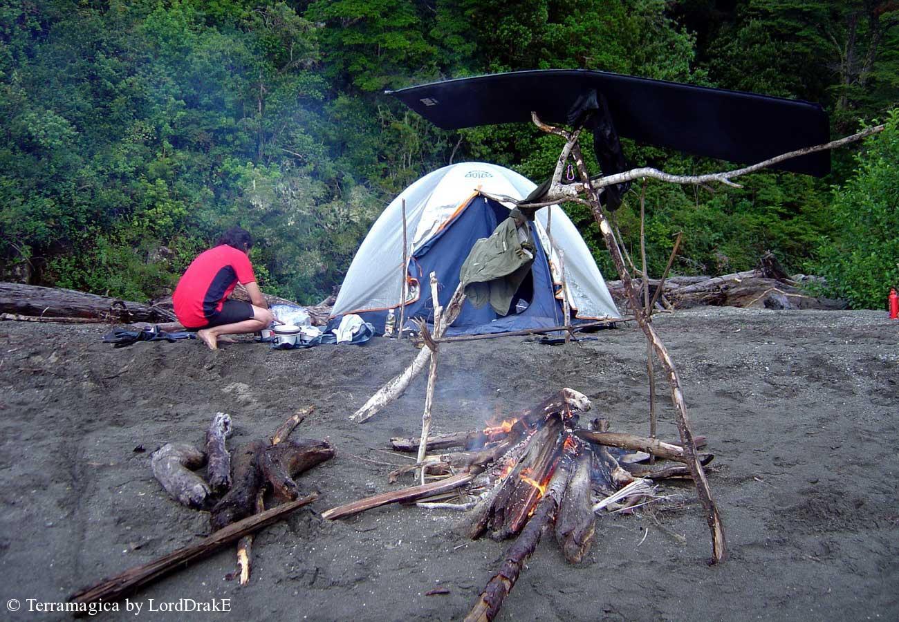 Travesia en Kayak al Lago Todos los Santos haciendo fuego para Secarnos