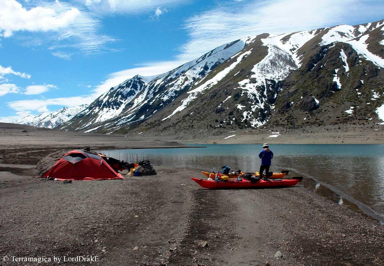 Circunnavegacion en kayak a la Laguna del Laja campamento en el fondo de la laguna