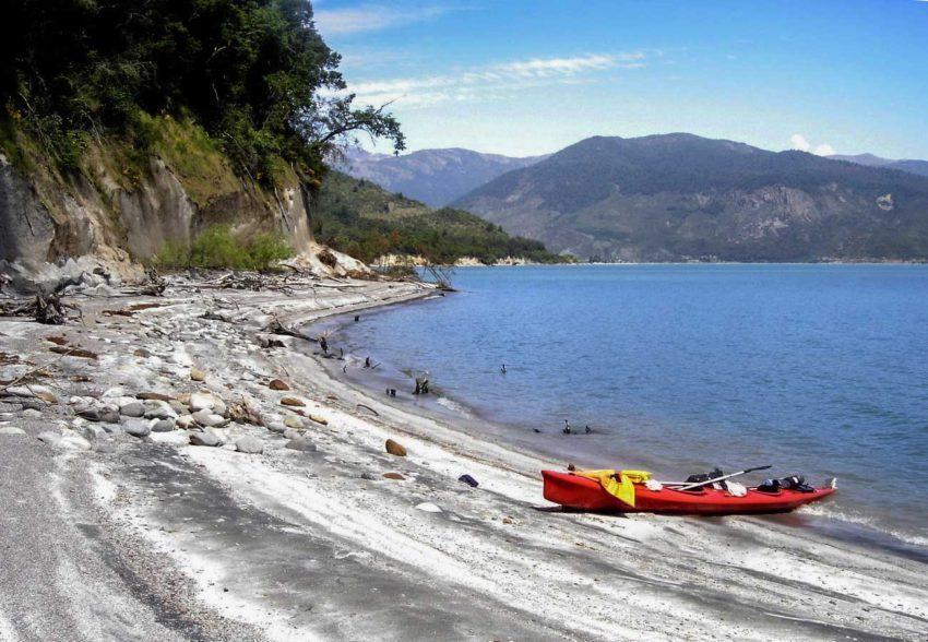 Travesia en Kayak al Lago Colbun playa ribera noreste