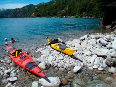 Travesia en Kayak al Lago Espolon kayaks estacionados