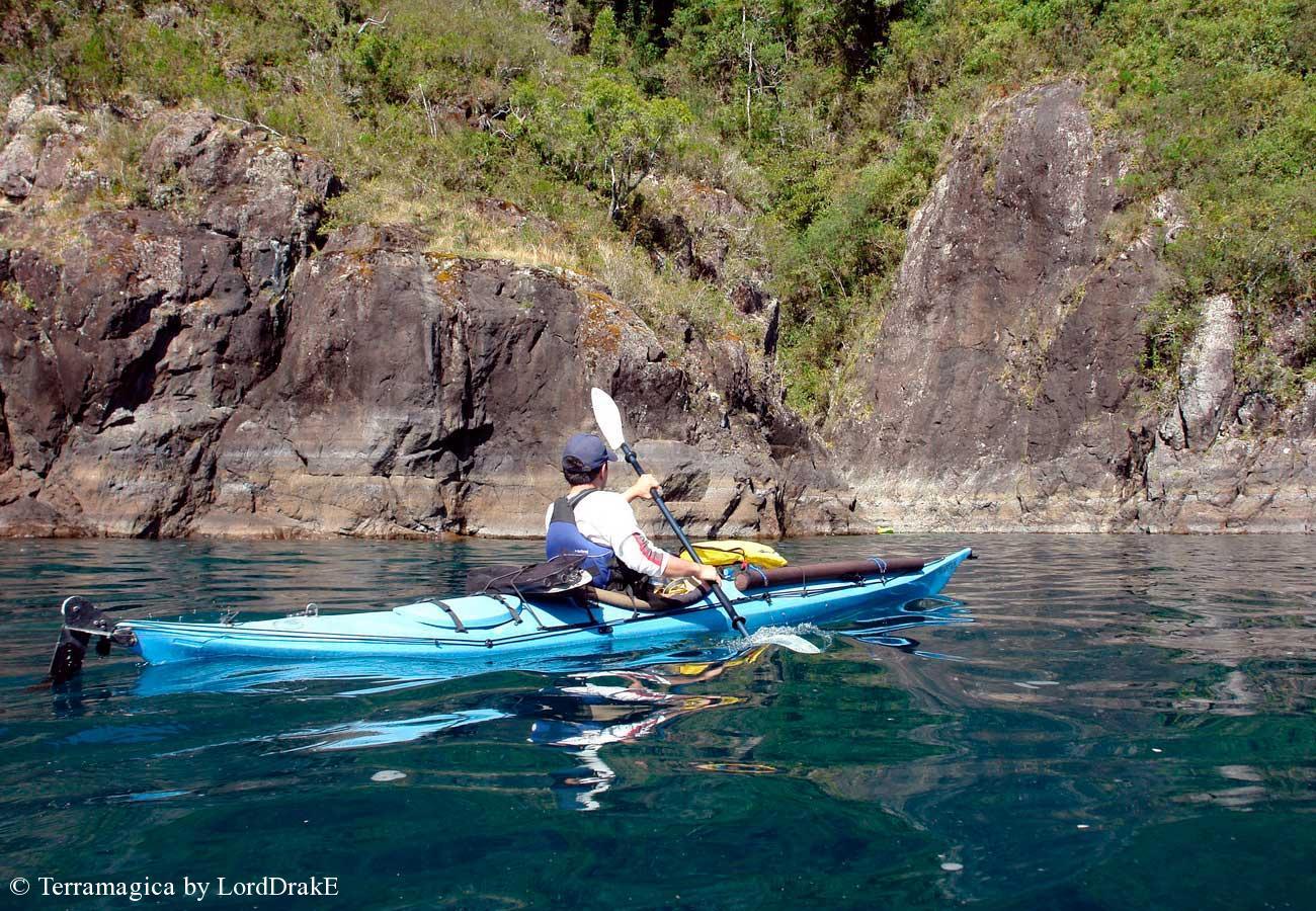 Travesia en Kayak al Lago Rinihue remando en aguas tranquilas